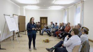 Rita Trattnigg zeigt wie mit Demokratie-Innovationen zukunftsfähige politische Lösungen erarbeitet werden können.